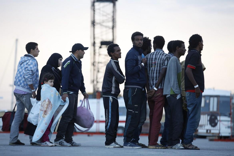 Pozzallo, l'accoglienza di un gruppo di migranti