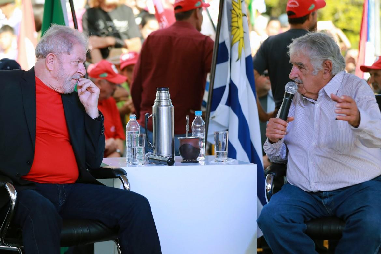 L'incontro, lo scorso marzo, tra due ex presidenti: Lula e Mújica