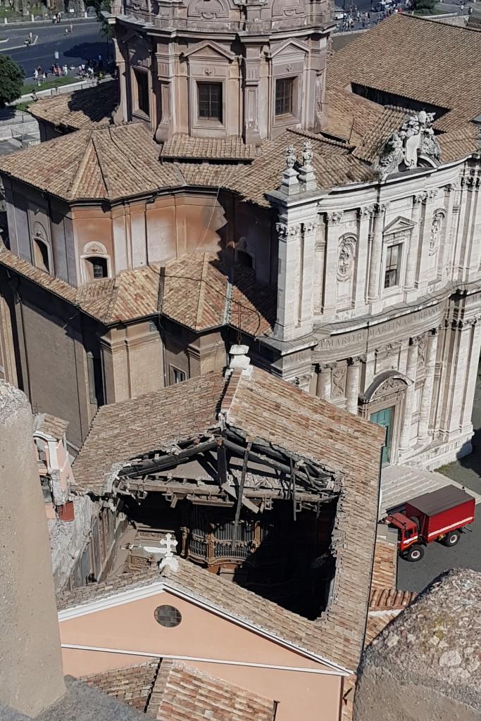 Il tetto crollato della chiesa di San Giuseppe dei Falegnami