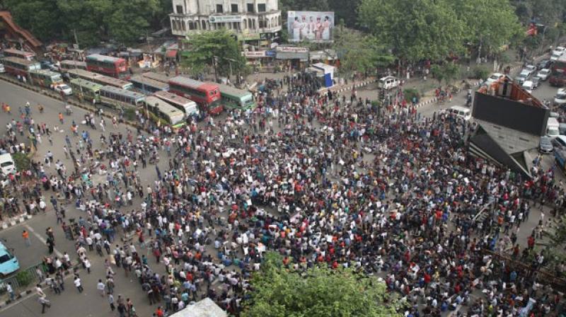 Manifestazione degli studenti di fronte all'Università di Dacca