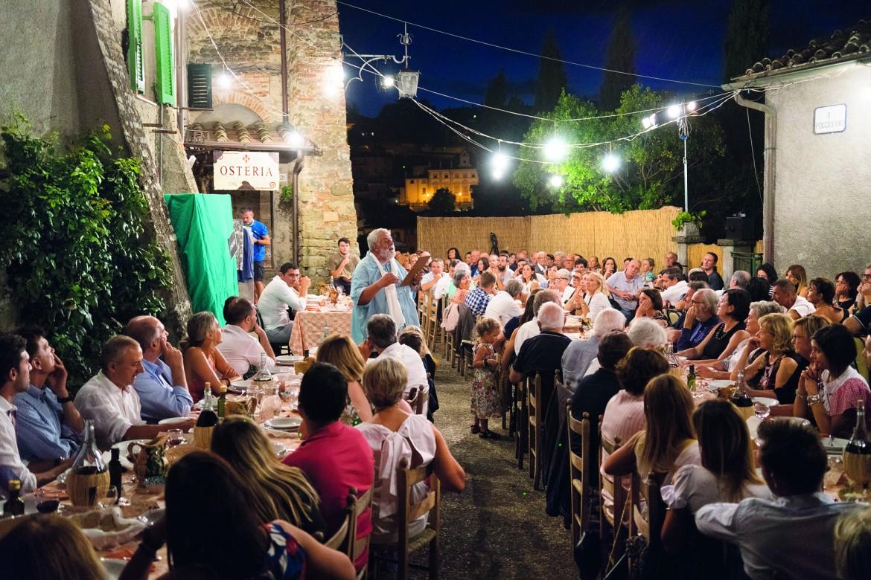 Alcune scene tratte  dallo spettacolo «Ci amazzon», in scena fino al 19 agosto su una terrazza delle mura medievali di Anghiari