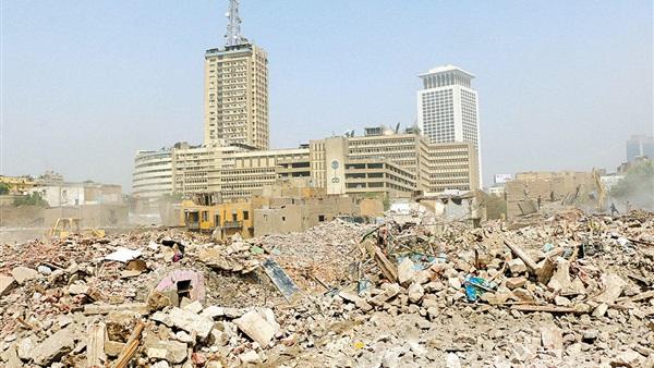 L'edificio della tv e la radio di Stato, al Cairo. Accanto il vuoto: il 90% dell'area è stata demolita; sotto il progetto del Maspero Triangle dal sito della società Foster&Partners