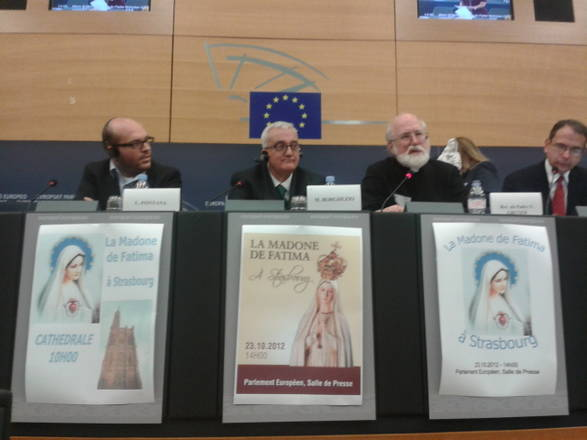 Strasburgo, 22 ottobre 2012. Lorenzo Fontana è il primo da sinistra alla presentazione della marcia della madonna di Fatima