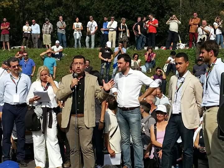 al microfono Igor Gelarda, con Di Maio e Di Battista