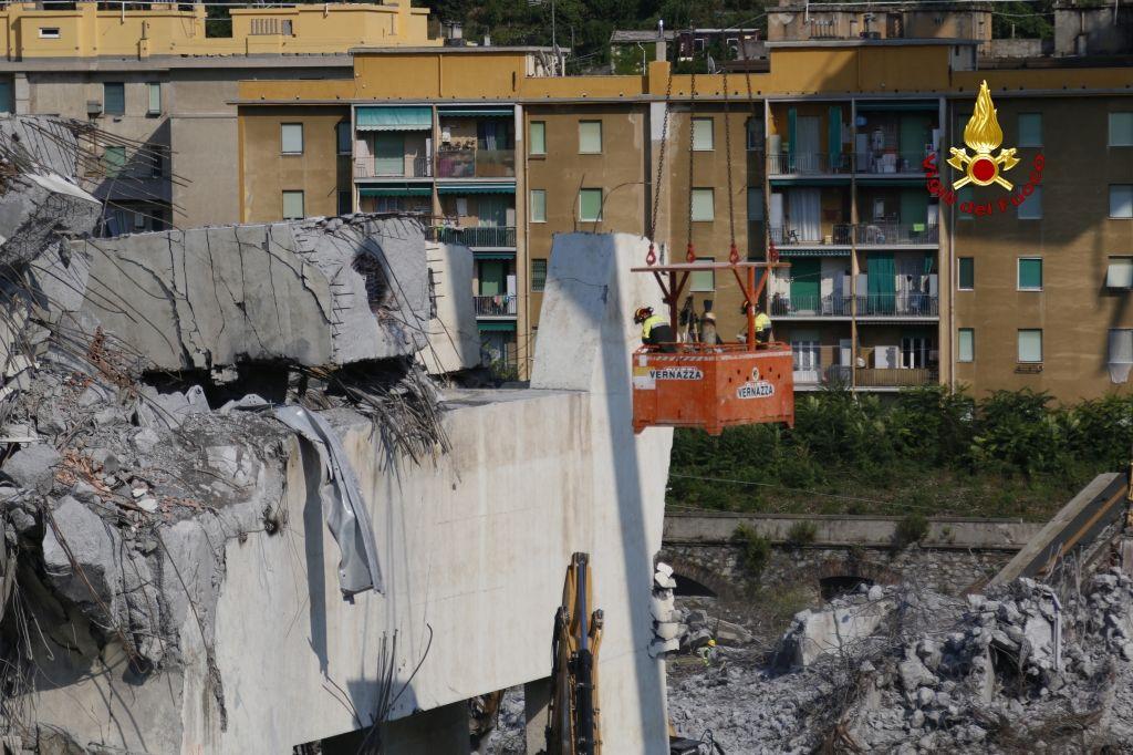 Genova, proseguono i lavori dei vigili del fuoco