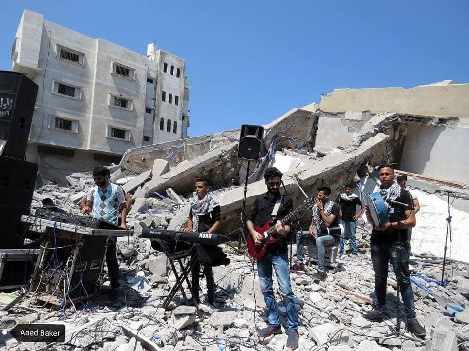Gaza. Concerto sulle macerie del centro al Meshal distrutto da Israele
