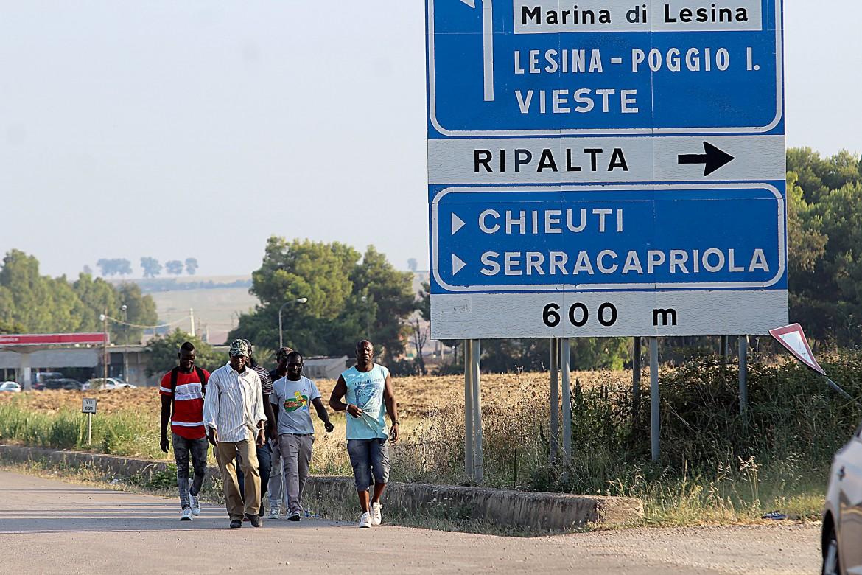 Migranti di ritorno dal lavoro nei campi in Puglia