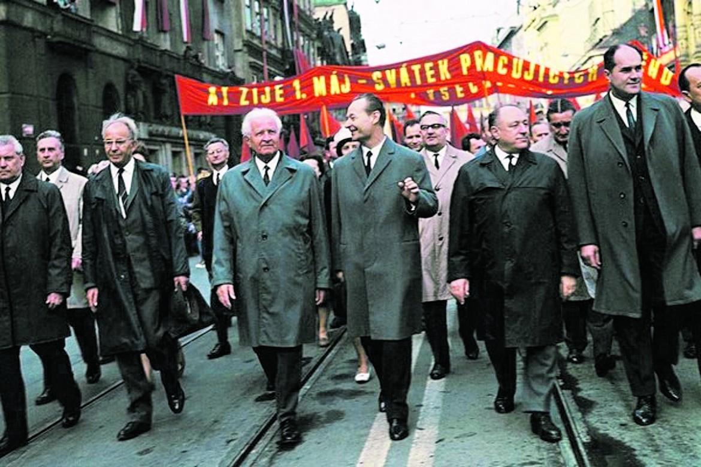 Il nuovo Comitato centrale del Pcc sfila per le vie di Praga foto Ctk  foto Reuters-Josef Koudelka-Magnum Photos