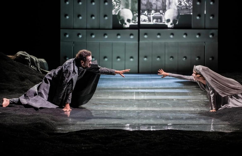 Una scena dell'Orestea  di Eschilo per la regia di Luca De Fusco, Teatro Stabile di Napoli, 2017, foto Fabio Donato