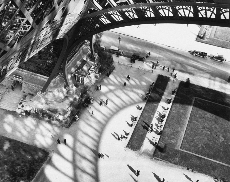 André Kertész,  Ombre della Torre Eiffel  a Parigi, 1929