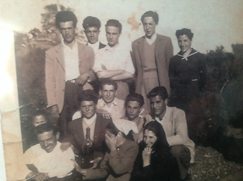 Placido Cherchi da ragazzo, nella fila in alto, al centro, con la camicia bianca (fonte: https://robertocarta.wordpress.com)