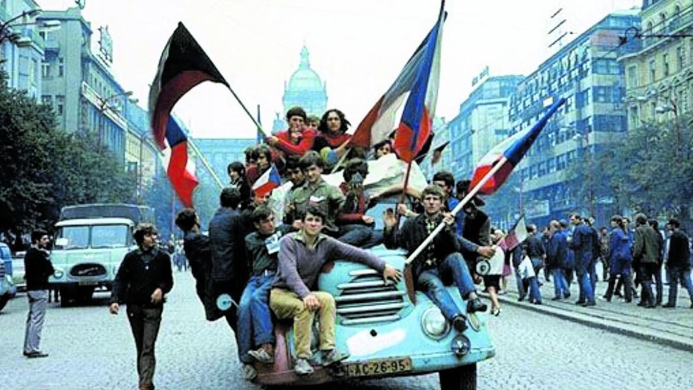 Praga, 21 agosto 1968, Piazza Venceslao, i giovani sfidano gli occupanti protestando con le bandiere nazionali