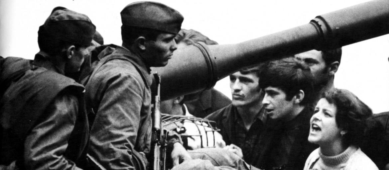 Praga, agosto '68. «I comunisti siamo noi, voi chi siete?» gridavano i ragazzi di Praga ai giovani soldati sovietici occupanti