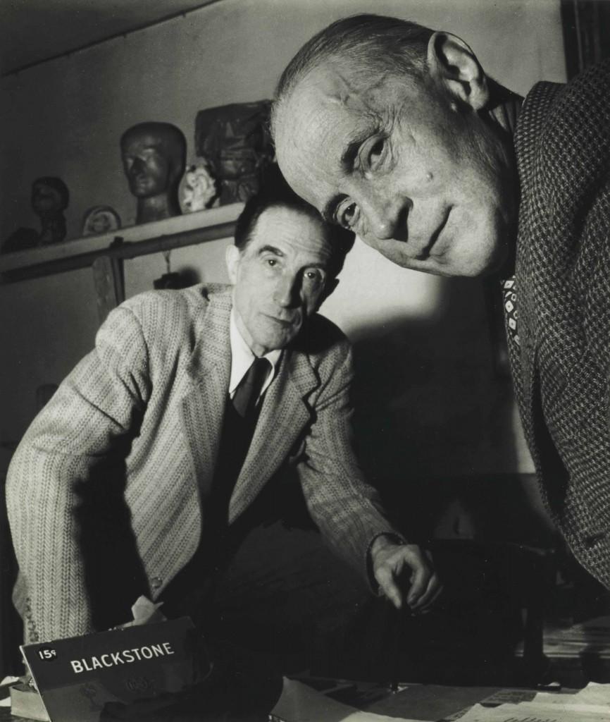 Jacques Villon (in primo piano) e Marcel Duchamp in una foto di Robert Doisneau, scattata nel novembre 1950 nell'atelier di Puteaux