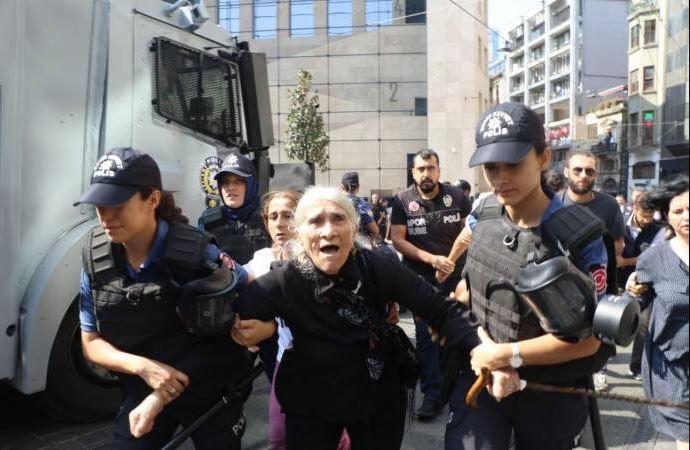 Il momento dell'arresto di una delle madri del sabato a Istanbul
