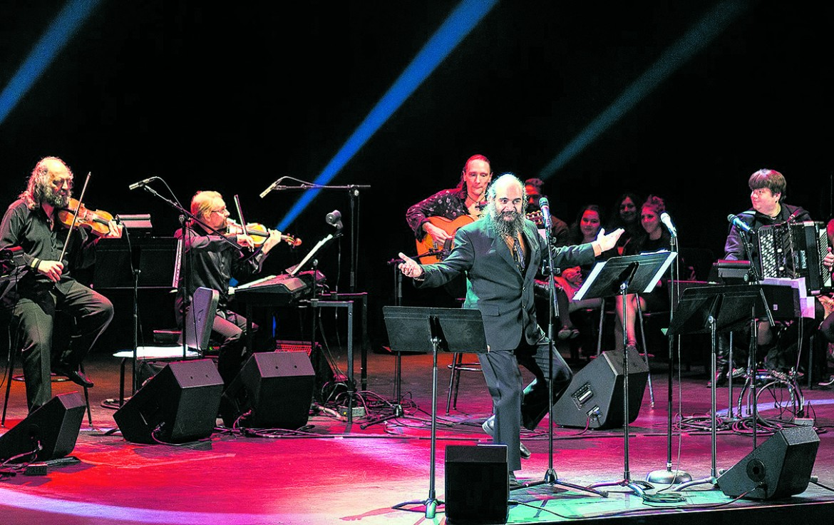 Psoy Korolenko durante un concerto di «Yiddish Glory. The Lost Songs of the World War II»