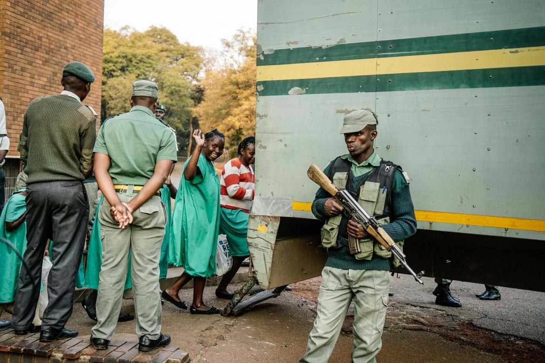 Una sostenitrice dell'Mdc viene portata in tribunale ad Harare