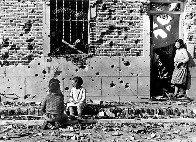 Bambini giocano in strada durante la guerra civile spagnola, a Madrid