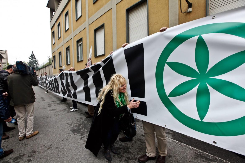 Davanti alla sede della Lega in via Bellerio a Milano