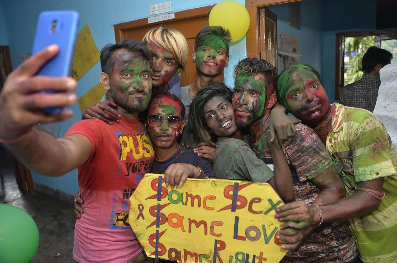 I festeggiamenti in India alla notizia dell'abolizione del reato di omosessualità
