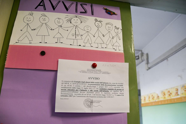Avviso con la circolare per i vaccini all'ingresso di una scuola materna