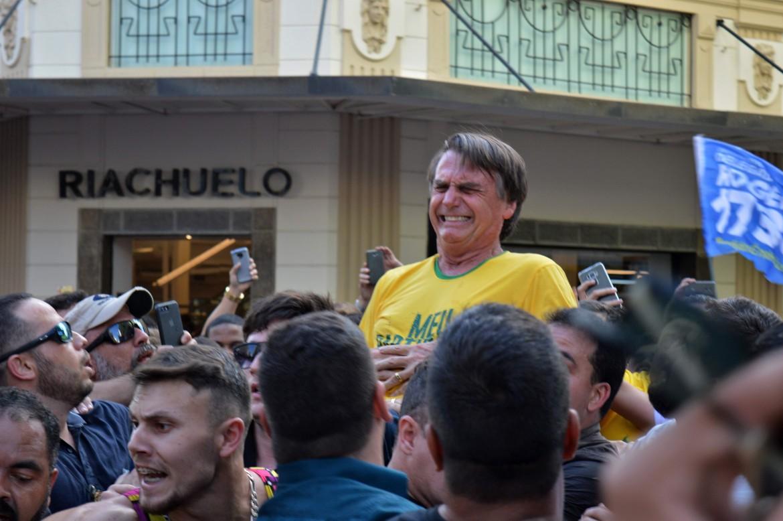 Il candidato di estrema destra Jair Bolsonaro ferito durante un comizio nel sud del paese