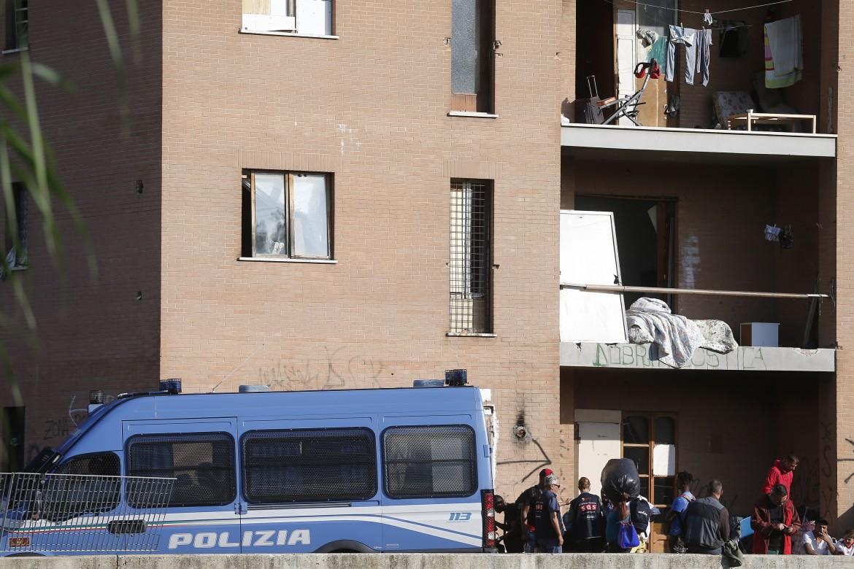 Lo sgombero del palazzo occupato in via Raffaele Costi a Roma