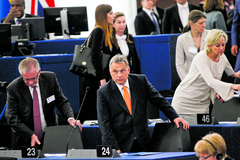 Viktor Orbán al parlamento europeo; sotto il presidente della Commissione Jean-Claude Juncker