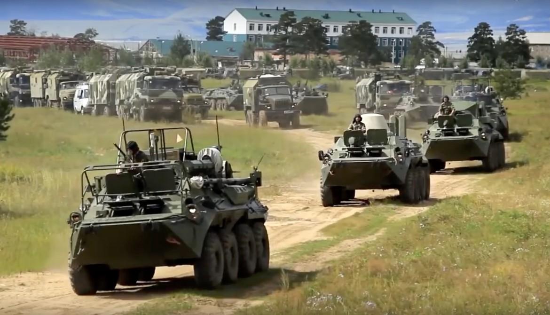 Veicoli blindati russi partecipano alle esercitazioni militari Vostok 2018 nella regione sud orientale di Chita