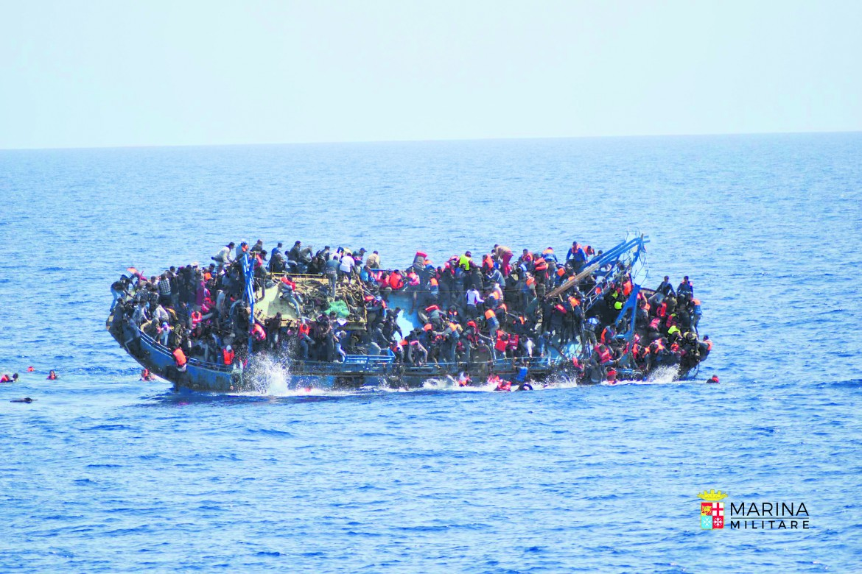 Il naufragio di un barcone carico di migranti al largo della Libia