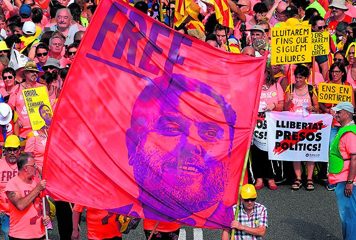 striscione per la liberazione dei prigioniri politici catalani alla Diada
