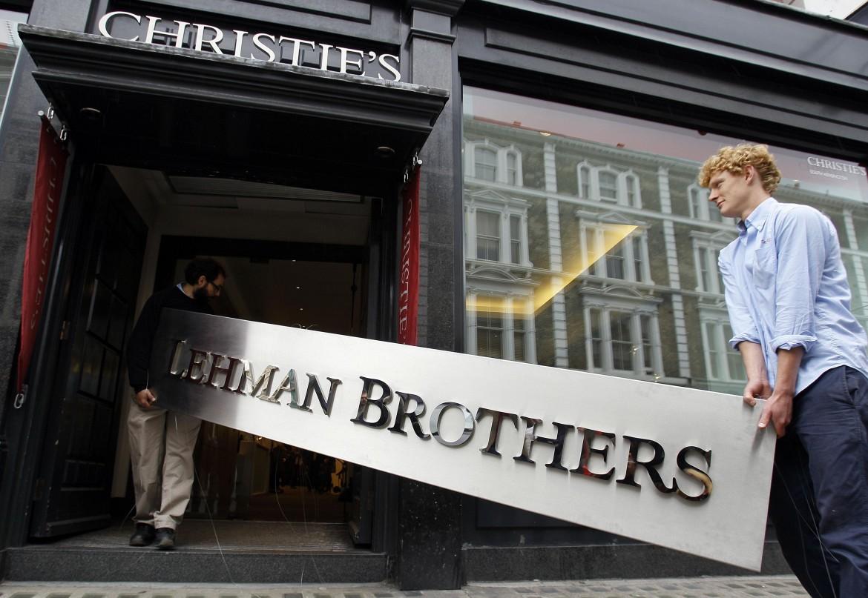 L'insegna di Lehman Brothers portata via dalla sede di Londra, nel settembre 2010
