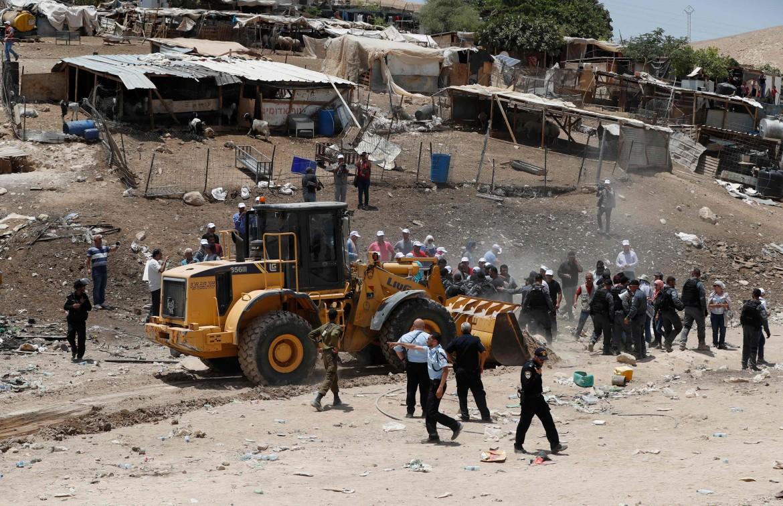 Gli abitanti di Khan al Ahmar si oppongono ai bulldozer militari israeliani