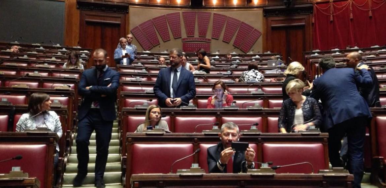 I deputati del Pd mentre occupano la Camera per la fiducia messa dal governo sul Milleproroghe