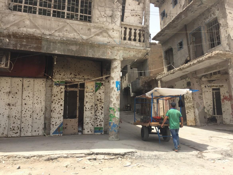 Strade deserte e palazzi crivellati di colpi a Mosul ovest.