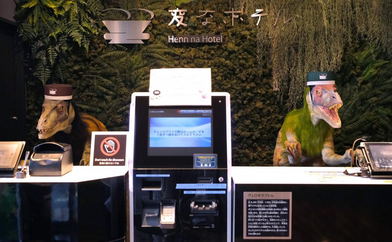 Robot-dinosauri accolgono gli ospiti all'hotel Henn-na a Urayasu (Tokyo)