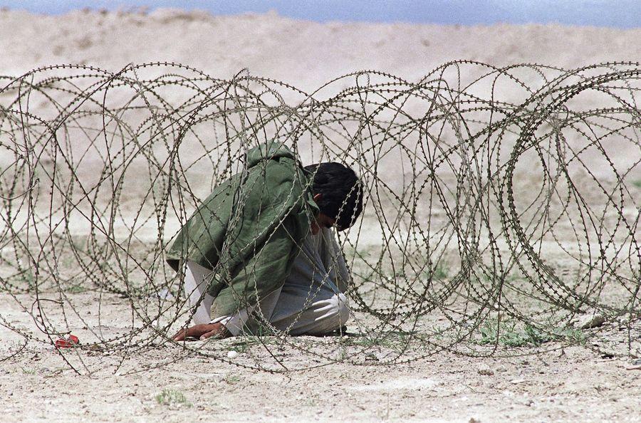 Soldato iracheno in un campo di prigionia americano, foto Ap