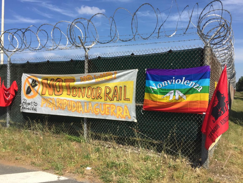 Manifestazione pacifista alla base Nato di Camp Darby (Pisa)