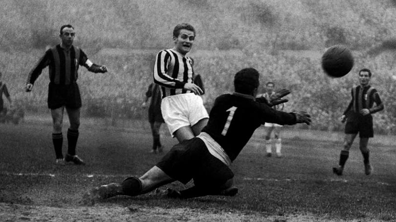Giampiero Boniperti durante un match negli anni '50
