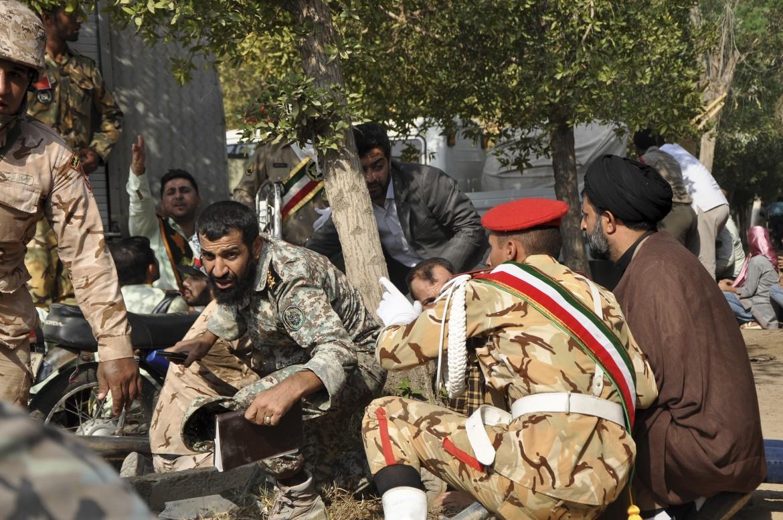 Militari e civili iraniani cercano di ripararsi durante l'attacco alla parata