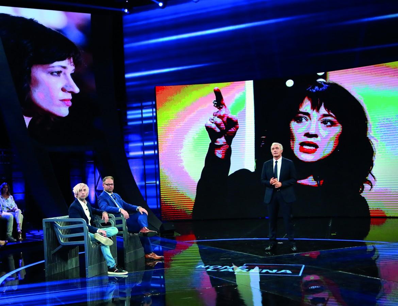 Jimmy Bennett durante «Non è l'Arena » di Giletti, sullo sfondo una foto di Asia Argento