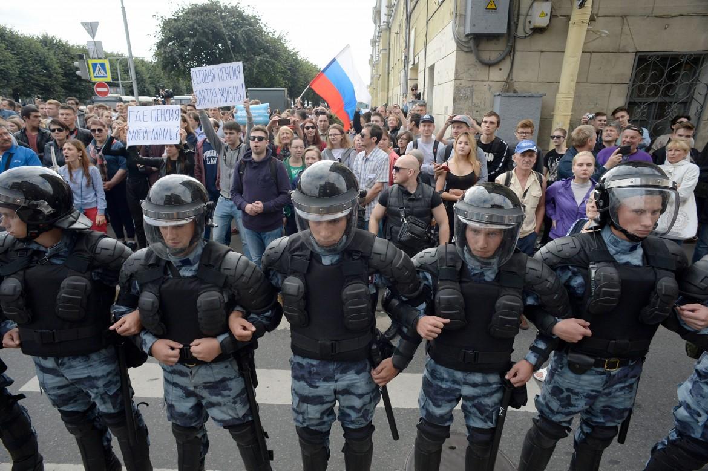 Cordone della polizia a una protesta sulla riforma delle pensioni