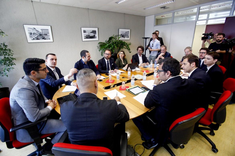 Parlamentari M5S e della Lega lo scorso maggio al Pirellone per il tavolo tecnico sul «contratto di governo». La retorica della dignità nazionale recuperata unisce come non mai  grillini e leghisti