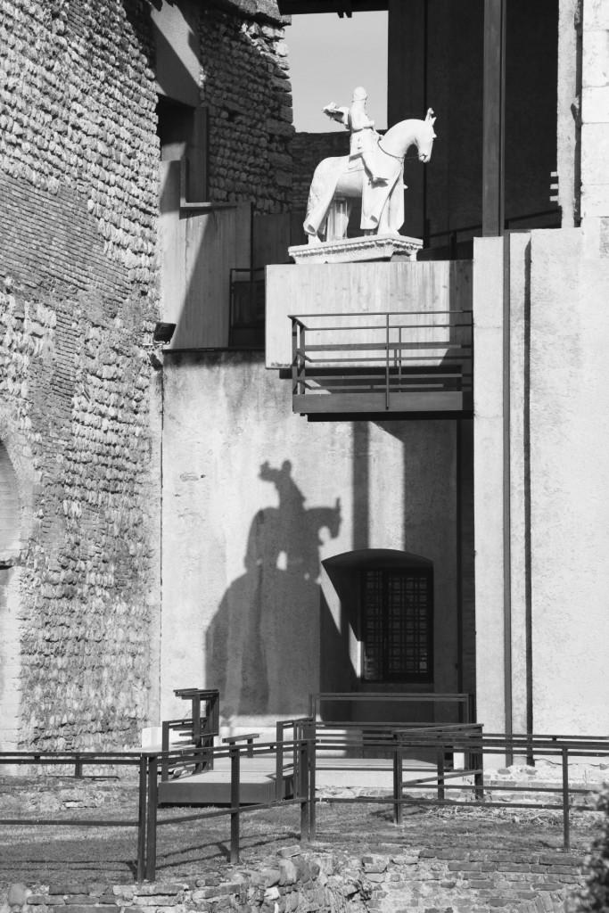 Statua equestre  di Cangrande della Scala, allestimento  di Carlo Scarpa, Verona, Museo di Castelvecchio, 1959 -1973