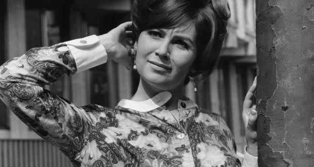 Un ritratto di Edna O'Brien da giovane