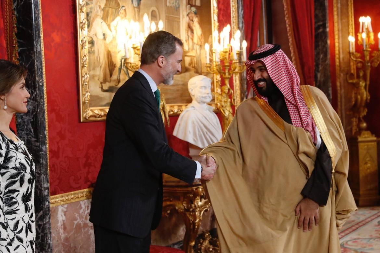 Il re Felipe VI con il principe saudita Mohamed Bin Salman durante la sua visita in Spagna lo scorso aprile; sotto la ministra ella difesa Margarita Robles