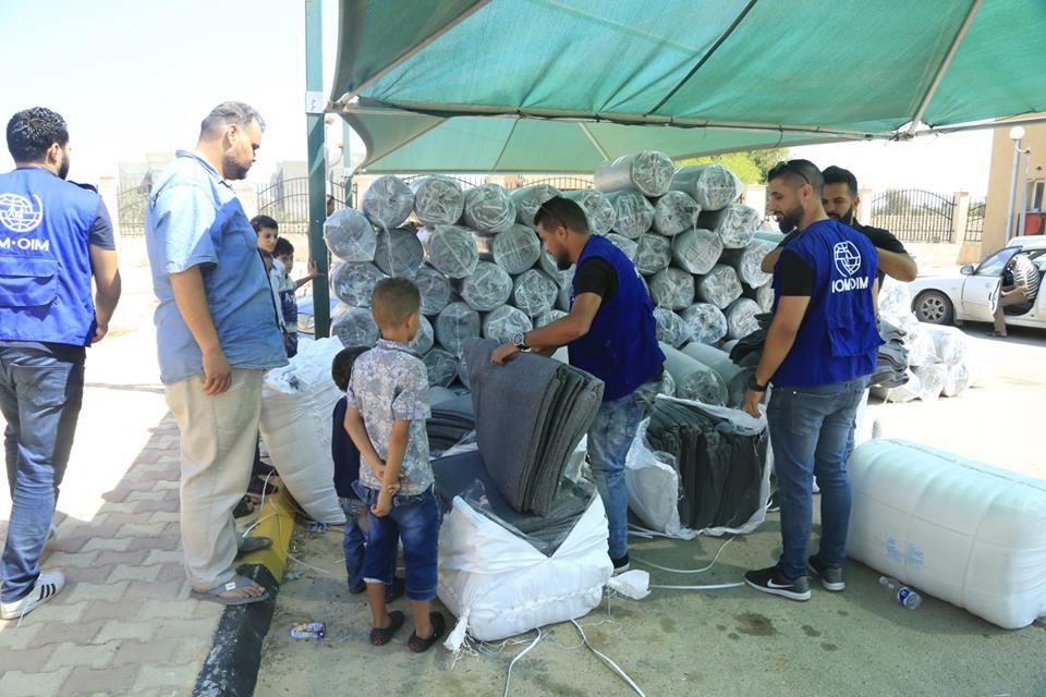 distribuzione a Tripoli di tende da campo agli sfollati
