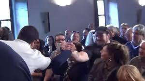 Matteo Salvini stringe la mano a Luca Traini, la foto è del 2015, in seguito il candidato della Lega alle elezioni comunali del 2017 è stato autore di un raid razzista armato a Macerata quest'anno