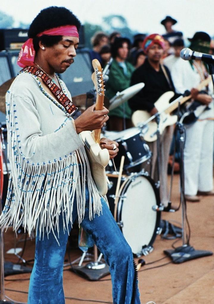 Jimi Hendrix esegue
