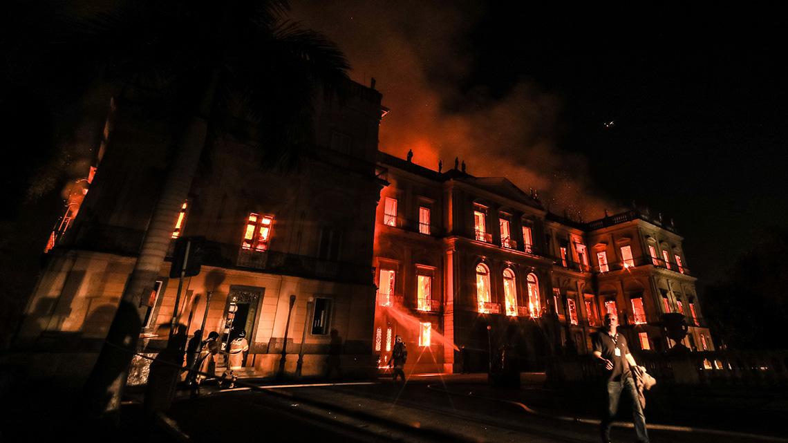Le fiamme divampano in tutte le sale del museo nazionale di Rio de Janeiro
